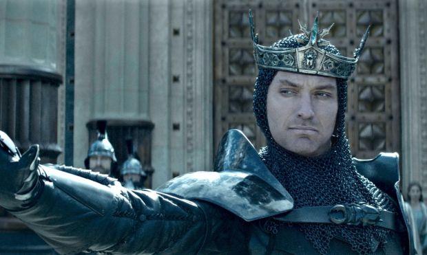 Uther egyetlen trónörököse, Arthur (Charlie Hunnam) azonban túléli a merényletet, egy csónakban megbújva nézi végig édesapja halálát, ...